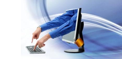 soporte remoto. Manos saliendo de pantalla del ordenador para teclear un teclado
